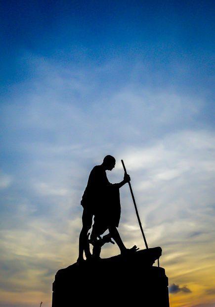 como ser un buen lider de familia estatua de ghandi ¿como ser un buen líder de familia? ID170946 - hermandadblanca.org