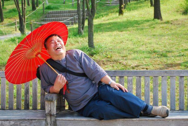 hombre con paraguas rojo feliz en que puedo hacer para poder contrarrestar el estres en mi vida de manera facil ¿qué puedo hacer para poder contrarrestar el estrés en mi vida, de  ID172112 - hermandadblanca.org
