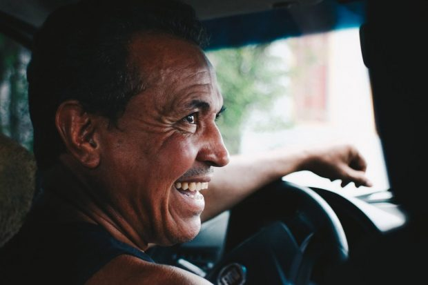 hombre taxista feliz riendo en que puedo hacer para poder contrarrestar el estres en mi vida de manera facil ¿qué puedo hacer para poder contrarrestar el estrés en mi vida, de  ID172112 - hermandadblanca.org