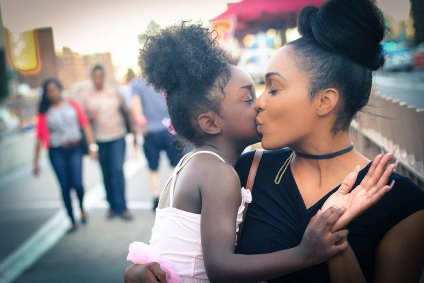 mama e hija dandose un beso en como puedo mejorar la relacion con mis hijos ¿cómo puedo mejorar la relación con mis hijos? ID172658 - hermandadblanca.org