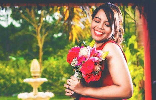 mujer alegre con flores rojas en trauma de omision y como sanarlo ¿has escuchado hablar del trauma de omisión? y de ¿como sanarlo? ID174683 - hermandadblanca.org
