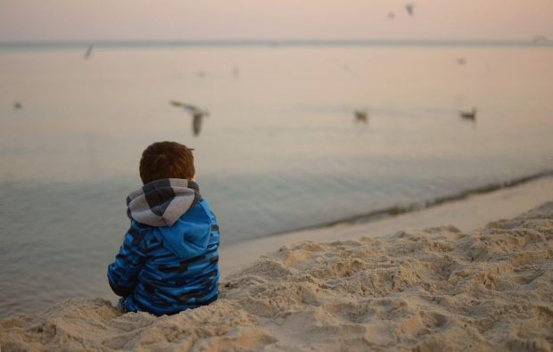 nino mirando el horizonte en en trauma de omision y como sanarlo ¿has escuchado hablar del trauma de omisión? y de ¿como sanarlo? ID174683 - hermandadblanca.org