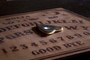 La Ouija: Descifrando sus Misterios; más allá del Efecto Ideomotor