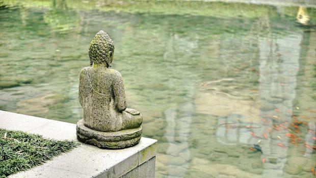 estatua mirando el agua en herramientas eficaces para afrontar el estres herramientas eficaces para afrontar el estrés. ID201341 - hermandadblanca.org