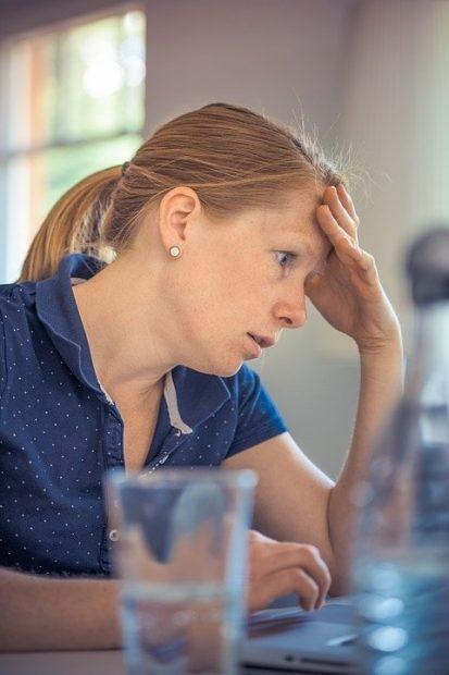 mujer estresada en herramientas eficaces para afrontar el estres herramientas eficaces para afrontar el estrés. ID201341 - hermandadblanca.org