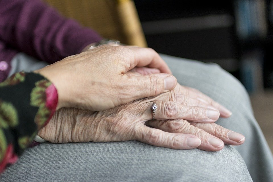 vejez manos envejecimiento estocástico y programado: su función espiritual ID184613 - hermandadblanca.org