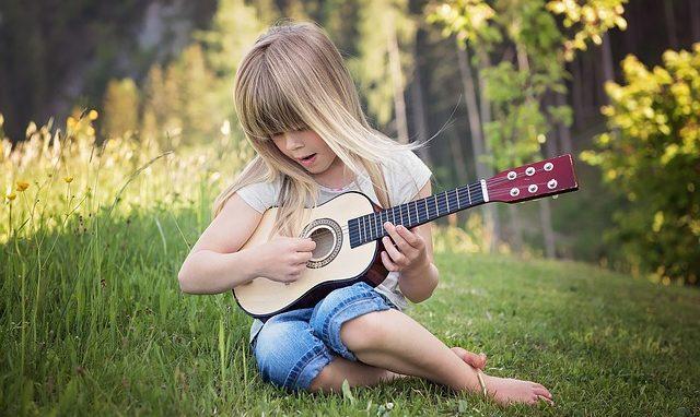 nino interior con guitarra ascensión de tu niño interior por la madre maría ID207123 - hermandadblanca.org