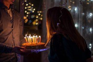 girl blowing out birthday candles numerologia el dia del natalicio y su significado i211596