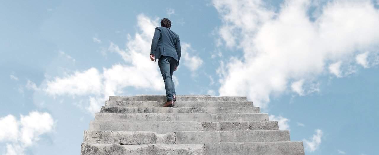 Hermandad Blanca  Juan Sequera. Reflexiones: La razón de existir. Hombre subiendo escaleras