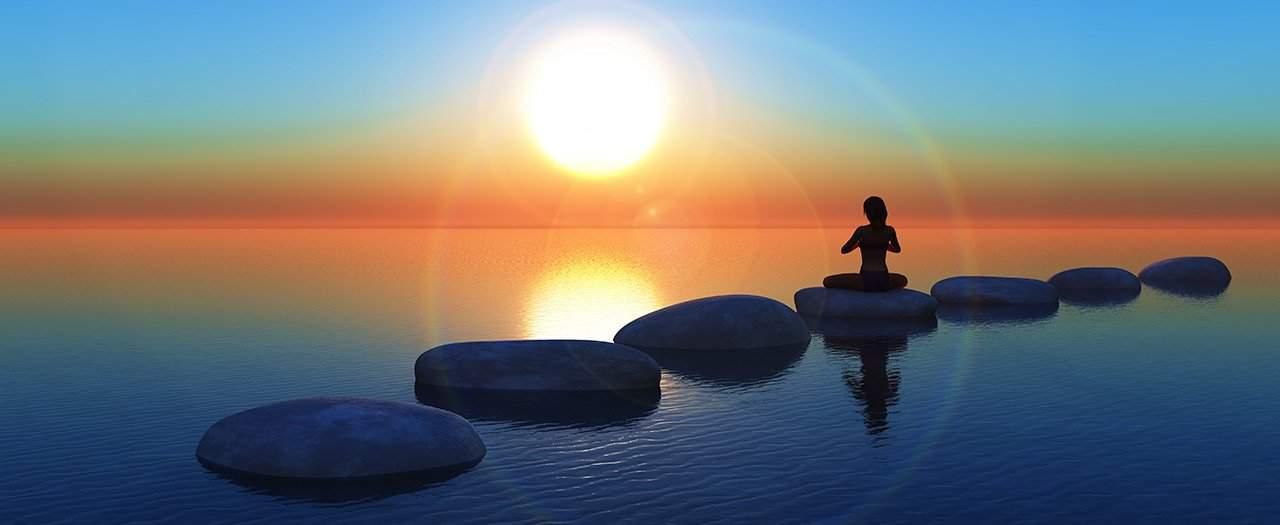 Hermandad Blanca. Juan Sequera. Un camino equivocado. Mujer meditando sobre una piedra.