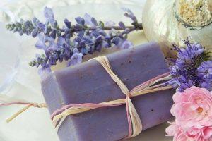 soap 2726387 640 flores y aceite de lavanda relajacion y espiritualidad i212840