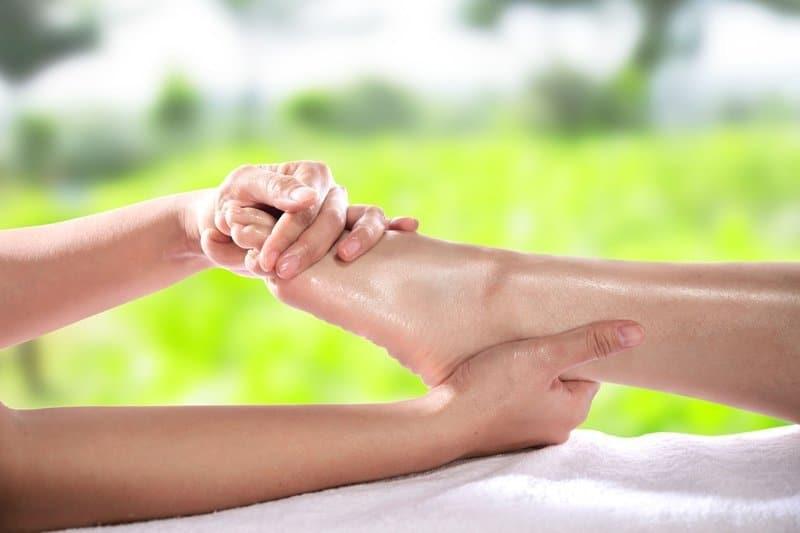 Cómo masajear los pies: 12 técnicas de relajación y alivio del dolor muscular