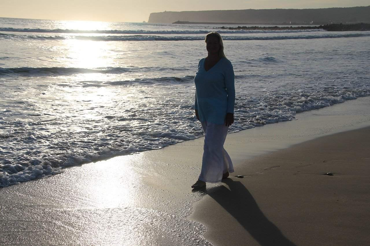 woman is walking on the beach 5358327 1280 1 dar desde tu propia esencia un mensaje de jeshua acerca de la vida i228154