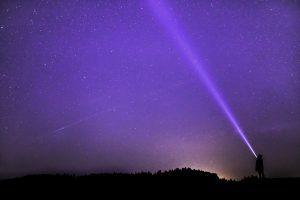 night photograph 2183637 1280 en vez de luchar contra la oscuridad potencia la luz un mensaje de lo i228352