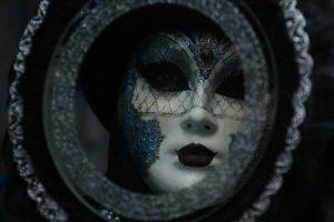 La máscara en el espejo. Arcángel Uriel vía Victoria Cochrane