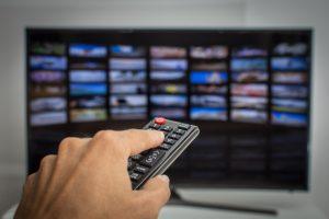 mano presionando control remoto television inteligente 33141 32 la vida despues de las teles i235972